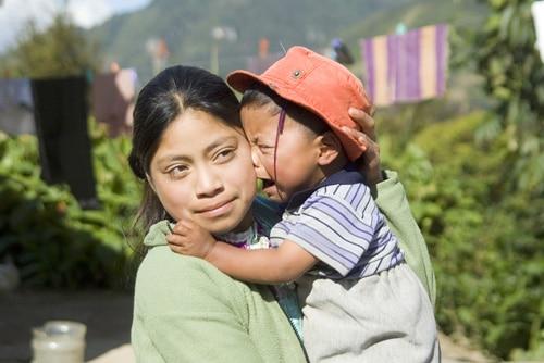 Bild på kvinna och barn som är en del av projektet