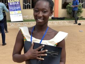 Ung kvinna som just fått den nylanserade esahie-bibeln i handen